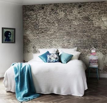 Drobna, srebrna cegła na ścianie w sypialni