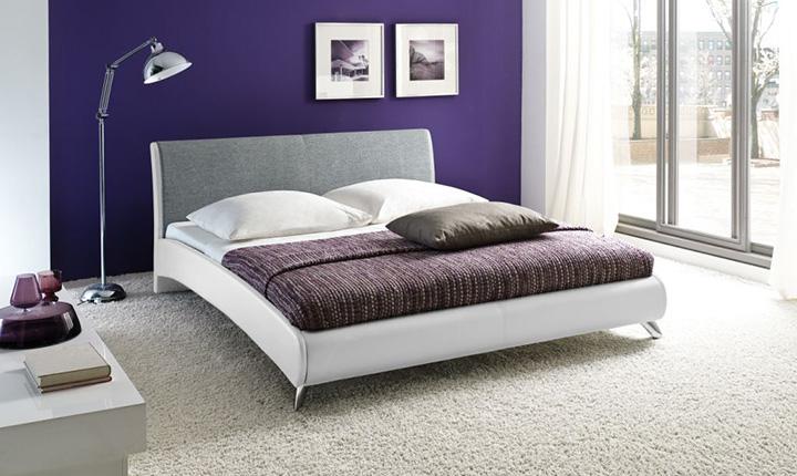 Łóżko w jasnych kolorach, z bawełnianym zagłówkiem