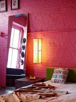 Malinowa ściana ceglana w sypialni