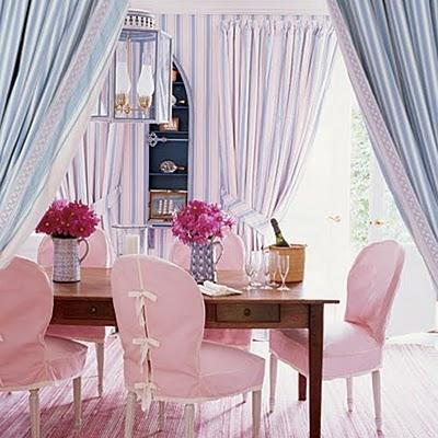 Stylowy salon z różową podłogą i krzesłami
