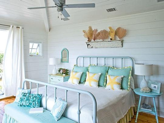 Sypialnia w kolorach morza, z dekoracjami morskimi
