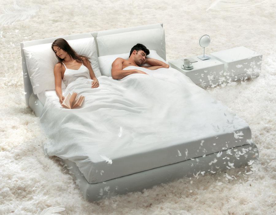 Para leżąca w białym łóżku