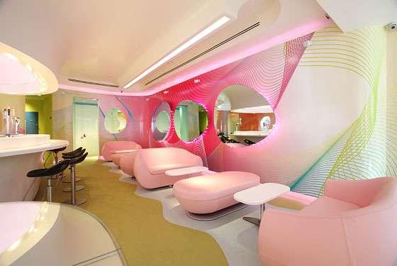 Restauracja w pastelowych barwach i z modernistycznymi kształtami