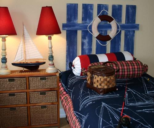 Pokój w marynarskim stylu, z pasami nad łóżkiem