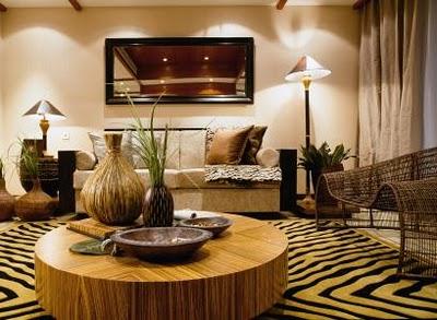 Salon z naturalnymi dodatkami, z drewnem i dywanem z imitacją skóry zebry w roli głównej