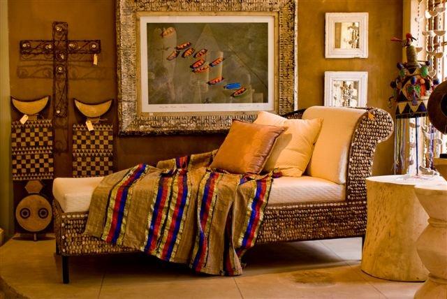 Ciepłe wnętrze z szezlongiem i dekoracjami inspirowanymi klimatem Afryki