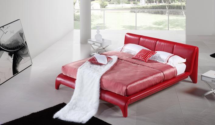 Nowoczesne, czerwone łóżko ze skóry