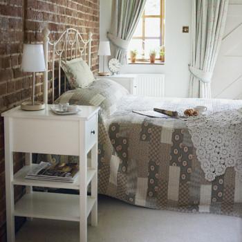 Klasyczna cegła na ścianie w sypialni