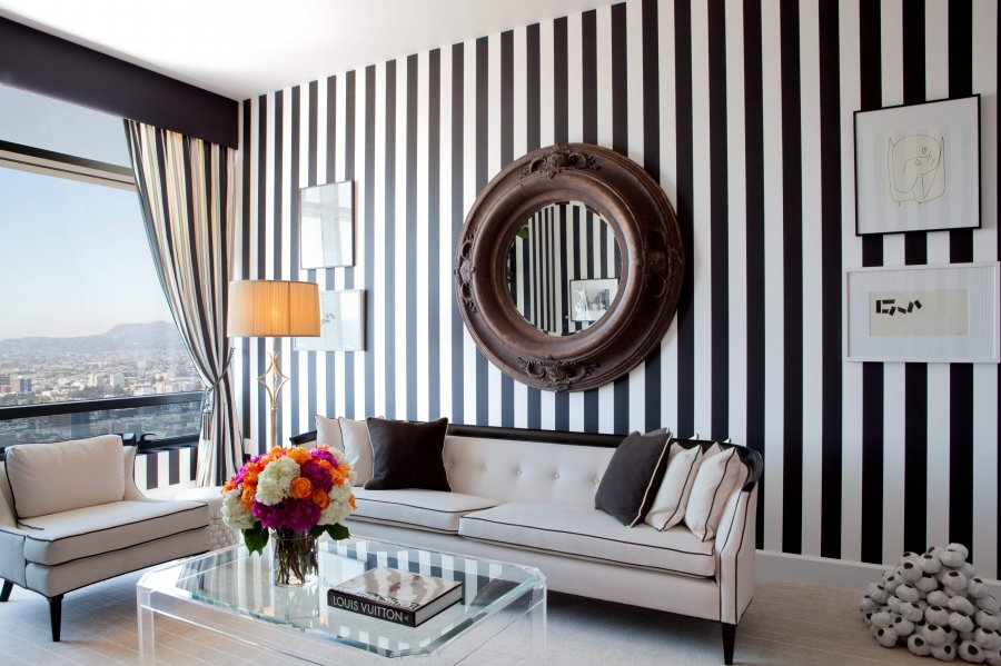 Pionowe, czarno-białe pasy w  salonie