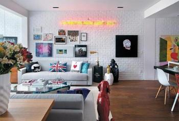 Ceglana, pomalowana na biało ściana