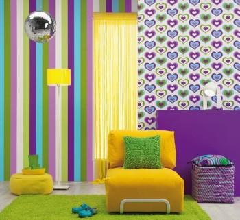 Kontrastowy salon z kolorowymi pasami na części ściany