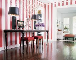 Elegancki salon w stylu klasycznym, z pasami na ścianach