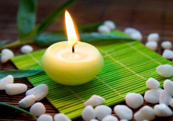 Świeczka otoczona kamieniami symbolizującymi Feng-Shui