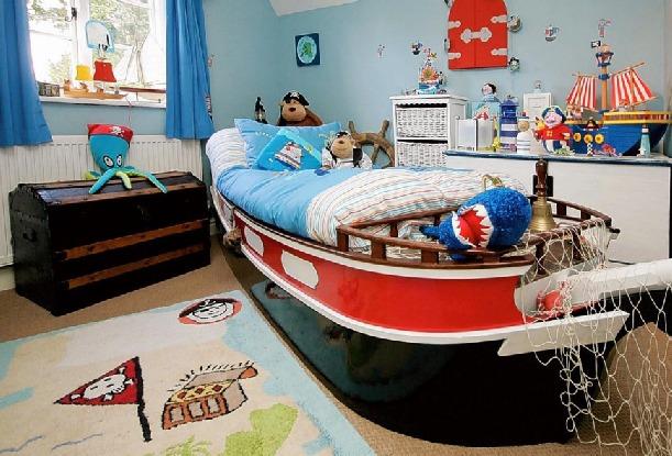 Pokój dziecka w marynarskich stylu, z łóżkiem w postaci łodzi