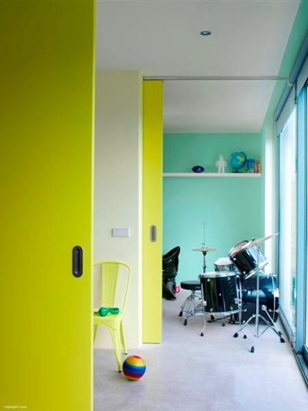 Neonowe ściany w chłodnym wnętrzu