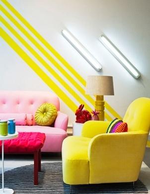 Żółta i pastelowo-różowa kanapa
