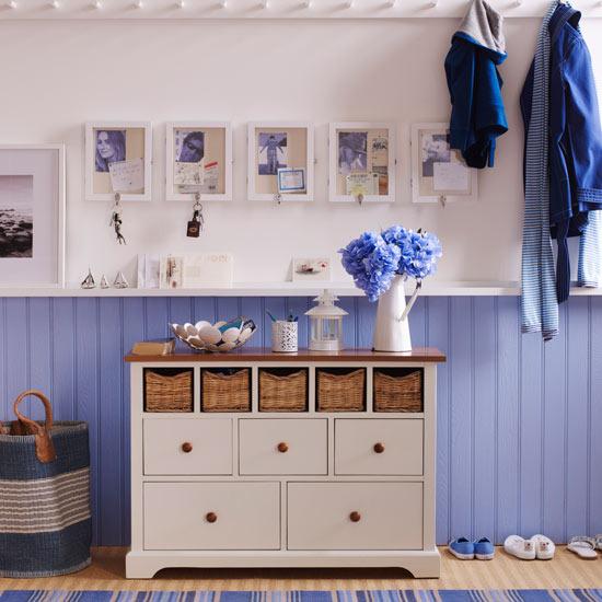 Ściana inspirowana kolorami plaży i morza, z beżami, bielą i odcieniami niebieskiego