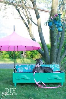 Siedzisko ogrodowe dla psa, wykonane z szuflady