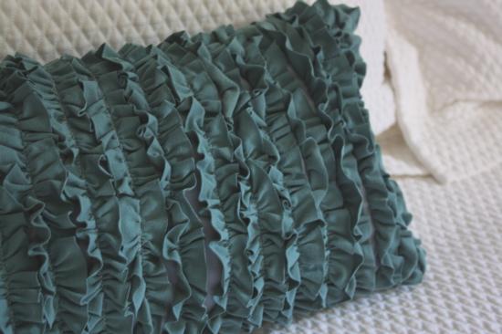 Poszewka zrobiona z tkaniny z falbanami