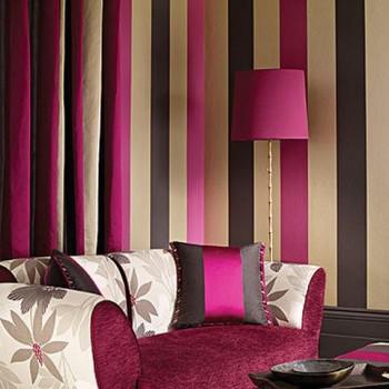 Salon w malinowym kolorze, z dodatkiem beżowego