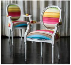 Krzesła w kolorowe pasy