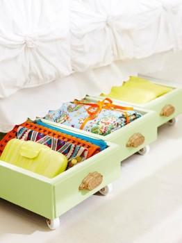 Szuflady przerobione na miejsce do przechowywania pod łóżkiem