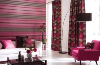 Poziome, cienkie pasy w salonie, w kolorach różu