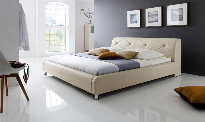 Beżowe łóżko z pikowanym zagłówkiem z ekoskóry