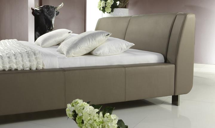 Łóżko skórzane w kolorze nude