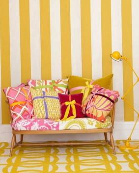 Biało-żółte pasy w kolorowym salonie