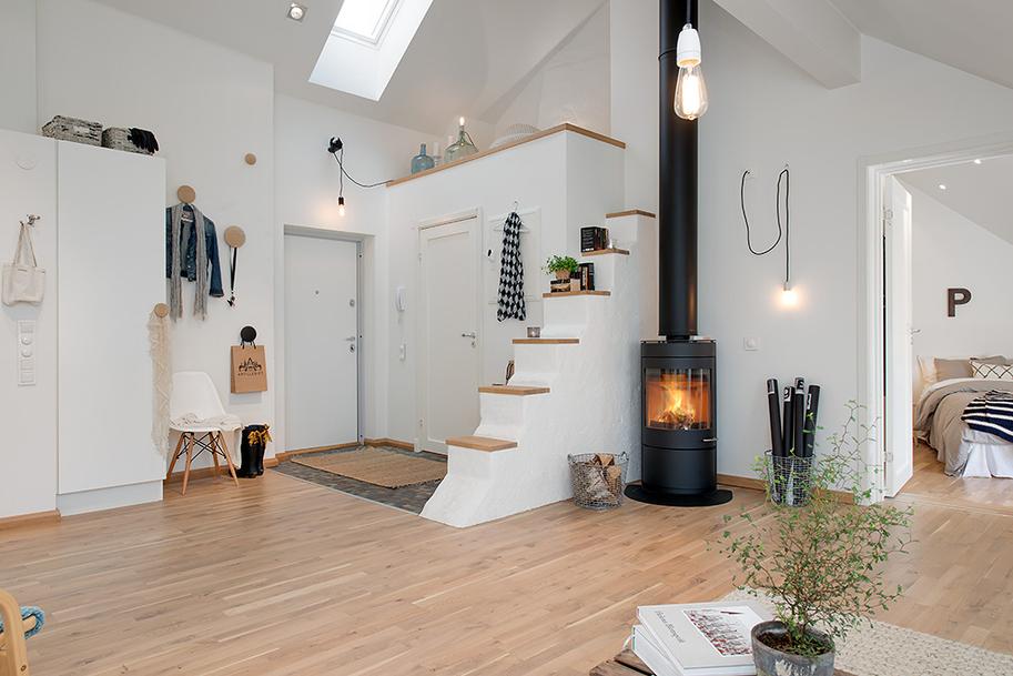 Salon pełen natury: drewno, rośliny, koza do ogrzewania mieszkania
