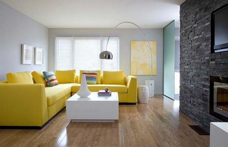 Minimalistyczny salon z żółtym narożnikiem