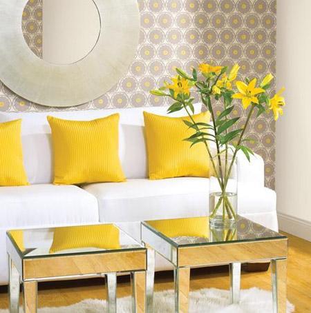 Biała kanapa z wyróżniającymi się, żółtymi poduszkami