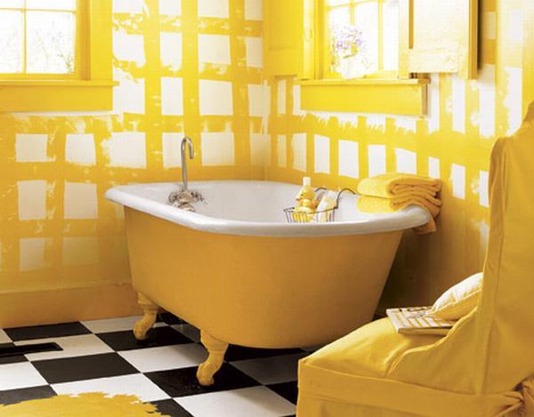 Żółty w łazience - miodowy, stonowany odcień na wannie i ścianach