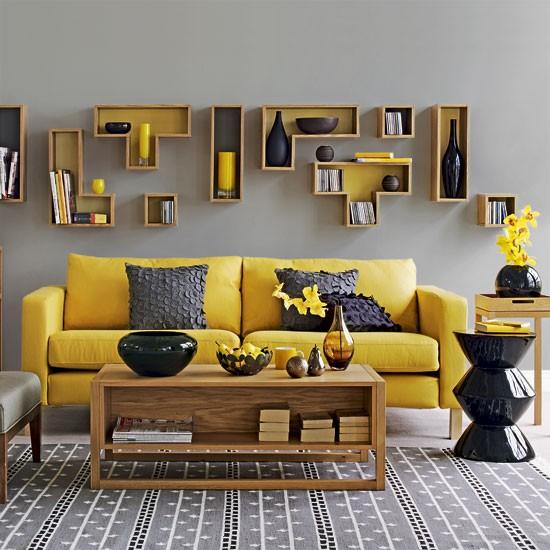 Nowoczesny salon z kanapą w odcieniu miodowym