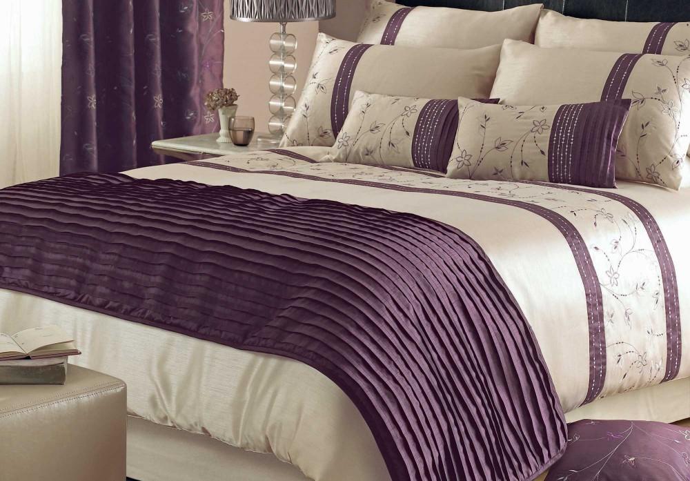 Piękna pościel satynowa w kolorze ecru i wrzosu w eleganckiej sypialni