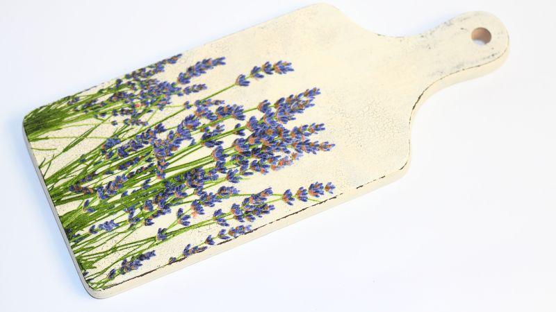 Deska do krojenia w folkowym stylu, ze wzorami wrzosu