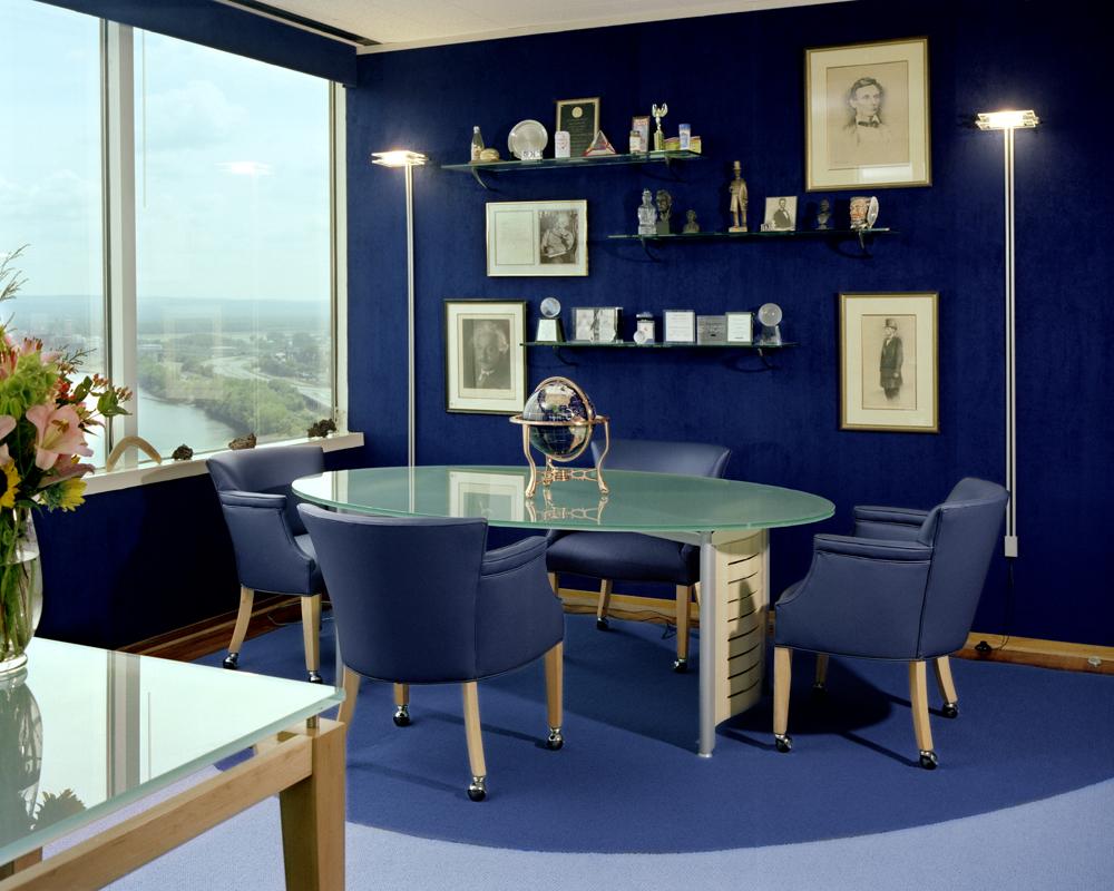 Elegancka, nowoczesna jadalnia z odcieniami błękitu i granatu