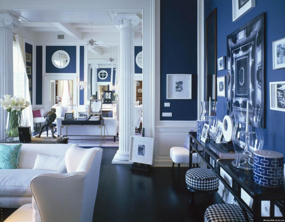 Tradycyjny salon z ciemnym drewnem na podłodze i granatem na ścianach