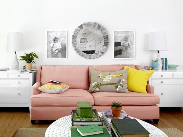 Biały salon z kolorowymi dodatkami i z kanapą w kolorze pudrowego różu