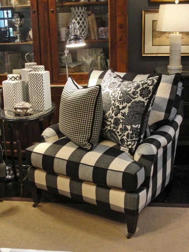 Stylowy fotel w biało-czarną kratę