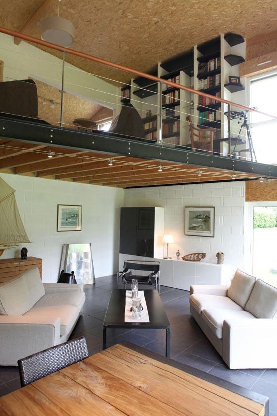 Rozwiązanie dla wysokiego pomieszczenia - dobrze oświetlone biuro nad salonem