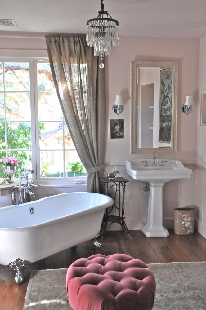 Elegancka łazienka w prowansalskim stylu, z delikatnym różem na ścianach