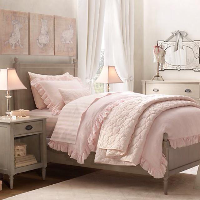 Sypialnia, w romantycznym stylu, gdzie jasny róż dominuje