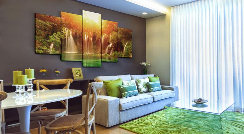 Salon w kolorach nawiązujących do egzotycznego klimatu, z fototapetą nad kanapą, w formie kolażu, przedstawiającą wodospad