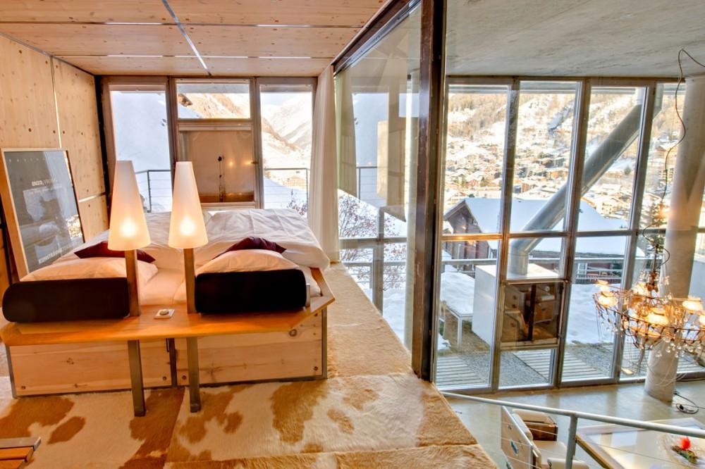 Antresola w nowoczesnym, przeszklonym domu - dzięki dużym oknom mała przestrzeń wydaje się większa