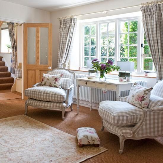 Salon w prowansalskim stylu z fotelami w drobną, biało-beżową kratę