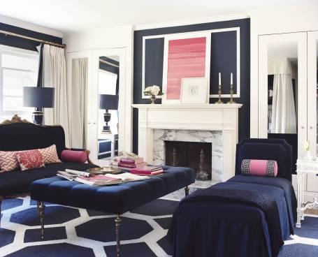 Elegancki salon w stylu eklektycznym,w którym dominuje granat z bielą i różowe dodatki