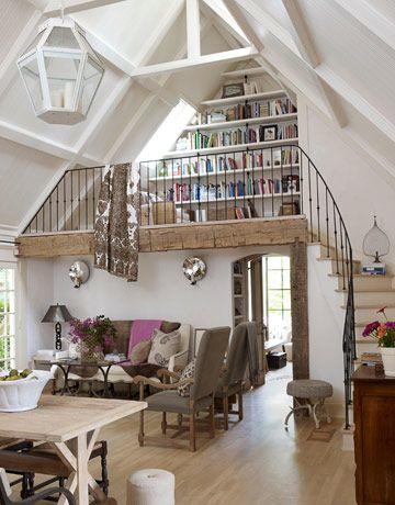 Biblioteczka nad salonem, umieszczona na antresoli między skosami dachu