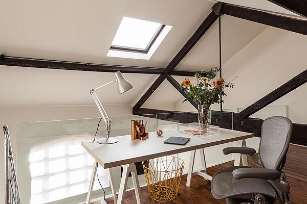 Biuro w antresoli ze skosami - przeźroczysta balustrada nie ogranicza światła